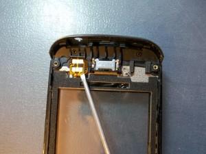 Подцепляем отверткой контакты тачскрина Nokia 305