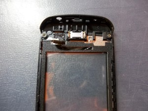 Отклеиваем от корпуса контакты тачскрина Nokia Asha 305