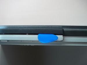 Вскрываем корпус монитора Acer AL2216W медиатором