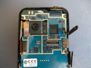 Отсоединяем шлейфы в сотовом телефоне LG KC910