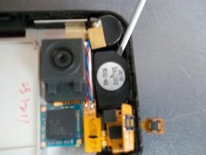 Отклеиваем динамик сотового телефона LG KC910