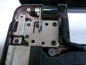 Два винта дисплейного модуля ноутубка ASUS A52J слева