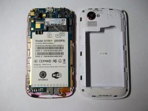 Откладываем в сторону заднюю часть сотового телефона UGOOD's A109+