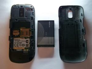 Снимаем заднюю крышку и вытаскиваем аккумуляторную батарею сотового телефона Nokia 202