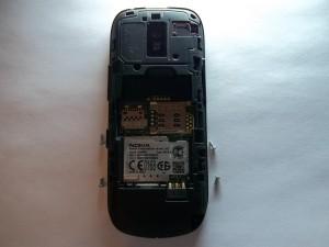 Выкручиваем шурупы из сотового телефона Nokia 202