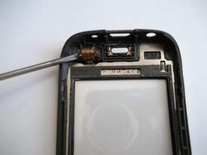 Отлепляем разъем тачскрина сотового телефона Nokia 202