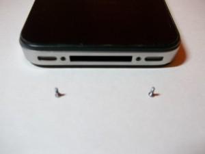 Выкрученные винты от сотового iPhone 4s