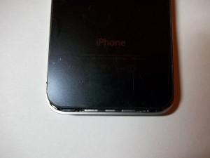 Сдвигаем вверх заднюю панель телефона iPhone 4s