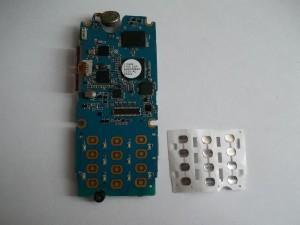 Отклеиваем пленку с кнопками в сотовом телефоне Samsung SGH-M610