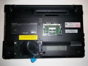 Вскрываем корпус ноутбука Sony Vaio PCG-71211V по всей длине медиатором