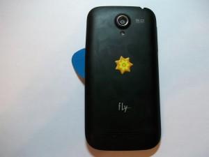 Снимаем заднюю крышку телефона Fly IQ4404 с помощью медиатора
