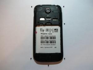 6 открученных винтов в сотовом телефоне Fly IQ4404