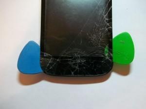 Отклеиваем тачскрин сотового телефона Fly IQ4404 двумя медиаторами