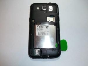 Подцепляем медиатором заднюю часть телефона Samsung GALAXY Win GT-I8552