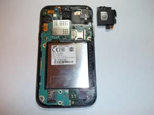 Вытащенный задний динамик в сотовом телефоне Samsung GT-I8552