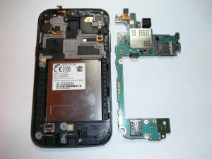 Убираем в сторону плату сотового телефона Samsung GT-I8552