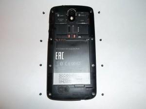 8 винтов по периметру телефона HTC Desire 500