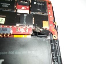 Вытаскиваем из паза вибромотор в сотовом телефоне HTC Desire 500