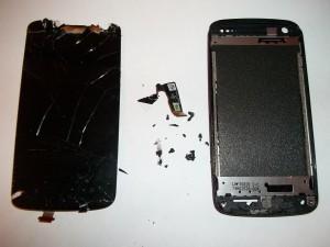 Выломанный тачскрин сотового телефона HTC Desire 500