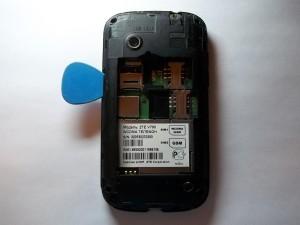Аккуратно медиатором отщелкиваем заднюю часть телефона ZTE V790