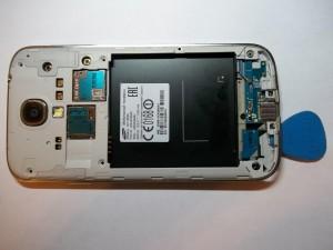 Отщелкиваем заднюю часть сотового телефона Samsung Galaxy S4 GT-I9505