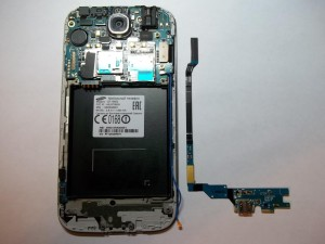 Убираем в сторону нижнюю плату сотового телефона Samsung Galaxy S4 GT-I9505