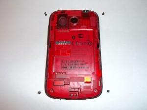 Откручиваем 4 винта по углам телефона HTC Desire C