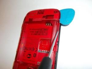 Аккуратно отщелкиваем медиатором заднюю часть телефона