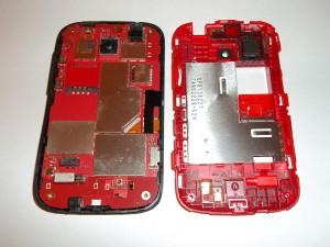 Снятая задняя часть сотового телефона HTC Desire C