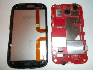 Отделяем плату от дисплейного модуля в сотовом телефоне HTC Desire C