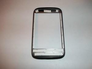 Наклеиваем тонкий двухсторонний скотч на корпус сотового телефона HTC Desire C