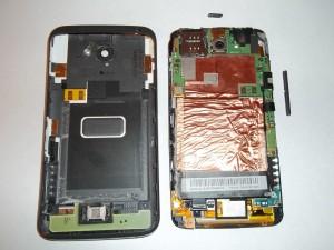 Сотовый телефон HTC One X со снятой задней крышкой