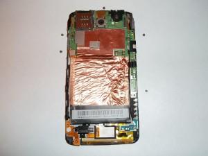 Пять винтов держащие системную плату в сотовом телефоне HTC One X