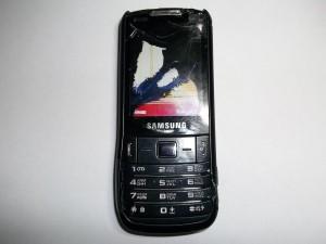 Сотовый телефона Samsung GT-C3782 погрызенный собакой