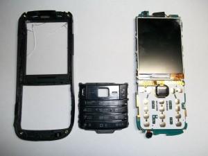 Достаем плату сотового телефона Samsung GT-C3782