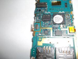 Отщелкиваем разъем дисплея в сотовом телефоне Samsung GT-C3782
