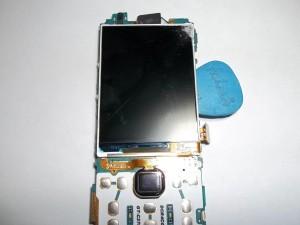 Отклеиваем дисплей от платы сотового телефона Samsung GT-C3782 медиатором