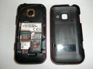 Снятая задняя крышка сотового телефона Samsung GT-C3752 DUOS