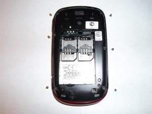 Шесть открученных винтов по всей длине корпуса сотового телефона LG-T510