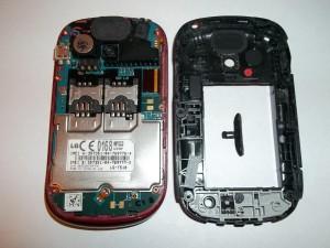 Сотовый телефон LG-T510 с убранной в сторону задней частью
