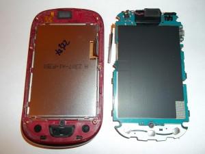 Убираем плату сотового телефона LG-T510 в сторону