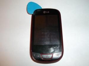 Отклеиваем тачскрин на сотовом телефоне LG-T510 по всей длине
