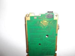 Окисленный разъем дисплея в сотовом телефоне Nokia C2-01