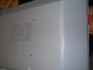 Вскрываем корпус монитора медиатором по всей длине