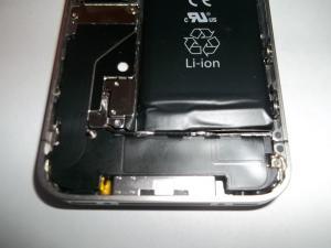 Откучиваем винтик аккумуляторной батареи