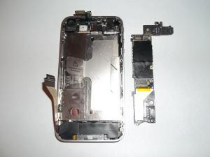 Вытаскиваем плату из корпуса сотового телефона iPhone 4