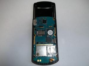 Отсоединяем шлейф в сотовом телефоне Samsung GT-E2550
