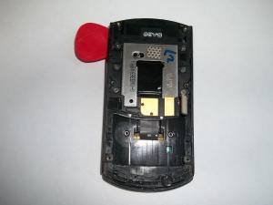 Вскрываем медиатором часть слайдера в которой находится дисплей