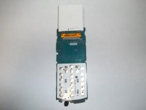Сотовый телефон Samsung GT-E2121B с откинутым вверх дисплейным модулем