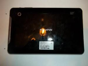 Выкручиваем два винта сбоку планшета Megafon Login 2